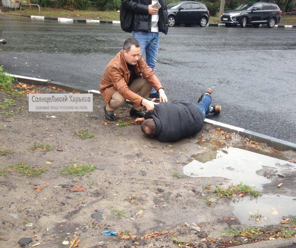 В Харькове прохожим пришлось спасать внезапно рухнувшего на землю мужчину