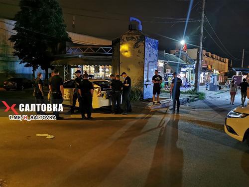 В Харькове возле супермаркета ранили мужчину (фото)