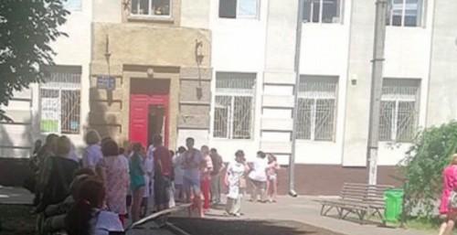 ЧП в харьковской поликлинике: пациентов пришлось экстренно вывести на улицу