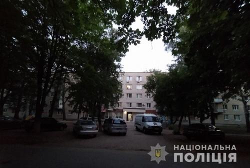 Мужчина упал на лестнице и умер: происшествие в харьковской многоэтажке  (фото)