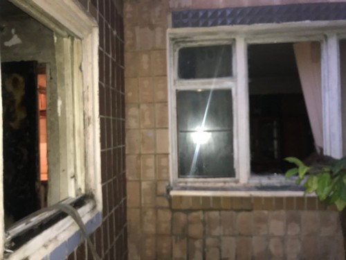 На Харьковщине двух мужчин вытащили через окно (фото)
