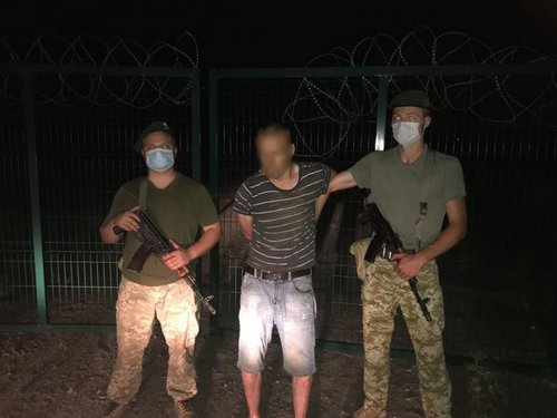 Бежал, теряя тапки. На Харьковщине мужчина попал в курьезную ситуацию (видео)