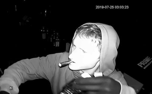 Парня, который ночью попал на видео, разыскивают в Харьковской области
