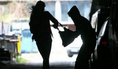 В Харькове посреди улицы напали на женщину (фото)