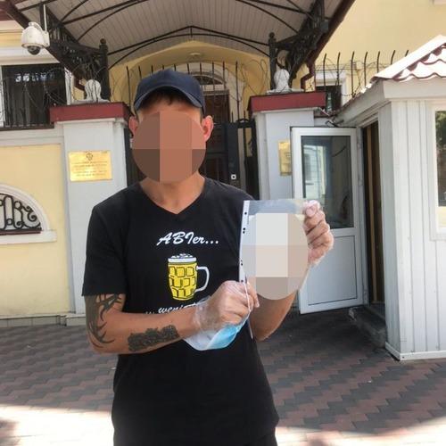 Мужчину, который шел по Харькову, выгнали из Украины