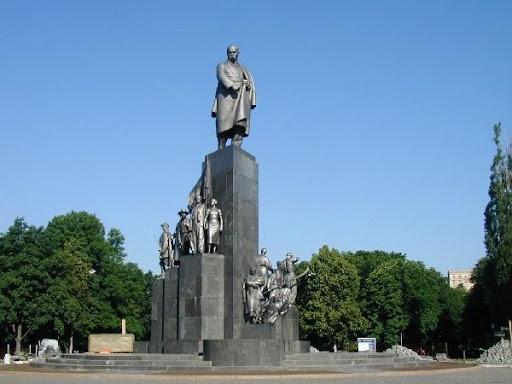 Зачем натирать палец и куда пропадают ленточки: секреты харьковского памятника великому украинцу (видео)