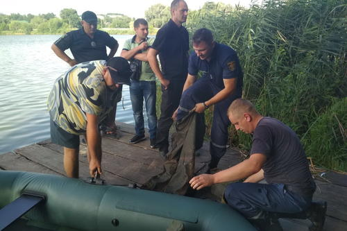 На Харьковщине в пруду обнаружили труп: полицейские выясняют, что произошло (фото)