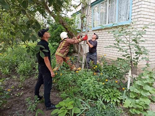 Не отвечал на звонки и не открывал дверь: мужчина оказался в ловушке на Харьковщине (фото)