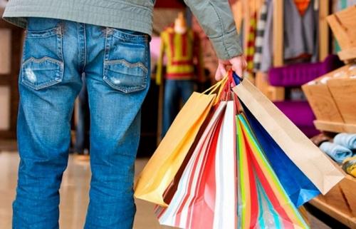 Харьковчанин бесплатно оделся в магазине на глазах у изумленных продавцов