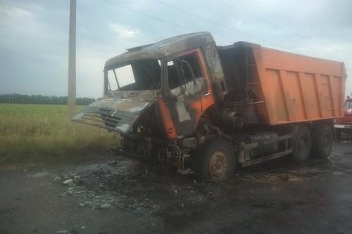 На Харьковщине загорелся грузовик с человеком внутри (фото)