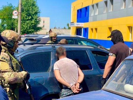 В Харькове в людном месте провели спецоперацию (фото)