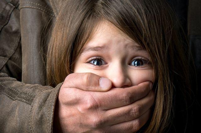 Мужчина закрыл рукой рот ребенка и угрожал: нападение в Харьковской области