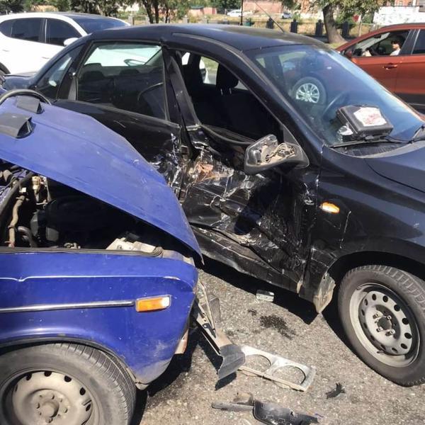 ДТП в Харькове: водитель сбежал, есть пострадавшие (фото)