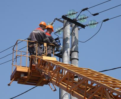 В поселках на Харьковщине энергетики развернули масштабные работы. Чего ждать потребителям