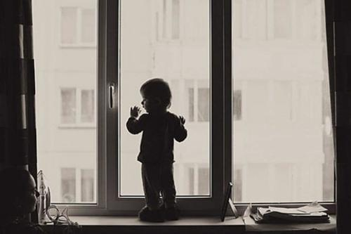 В Харьковской области ребенок выпал из окна