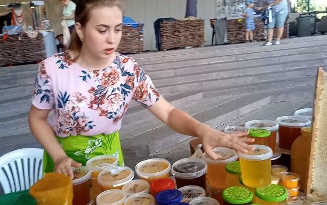 В центре Харькова открылась медовая ярмарка: что почем (фото, видео)