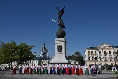 В Харькове возле известного памятника собрались сотни горожан