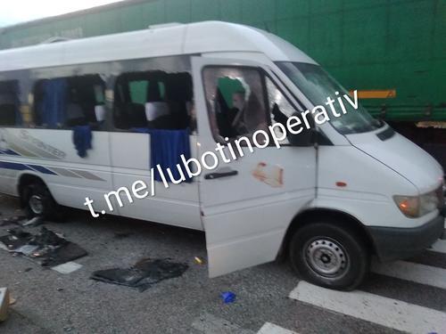 Под Харьковом обстреляли микроавтобус: есть пострадавшие (фото)