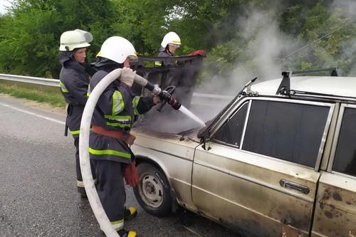 На Харьковщине посреди трассы вспыхнул автомобиль (фото)