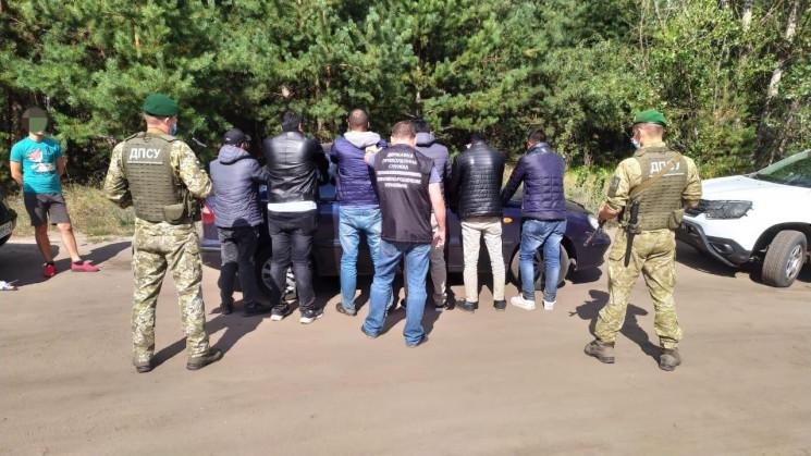 На Харьковщине в такси обнаружили подозрительных мужчин