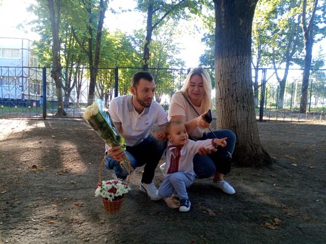 В масках и с цветами. Что происходило в школах и детсадах Харькова (фото, видео)