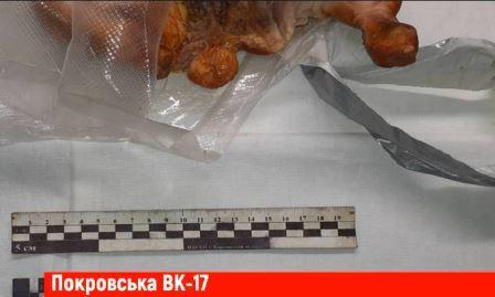 Жители Харьковщины нашли неожиданный предмет внутри курицы