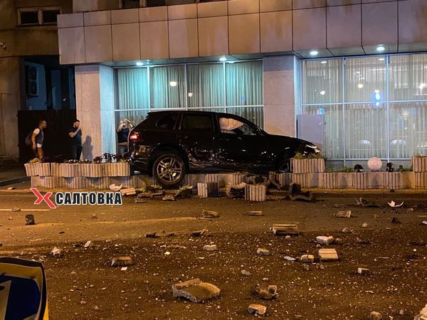 В центре Харькова иномарка разгромила каменный забор возле гостиницы (фото, видео)