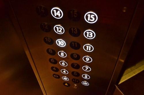 В Харькове мужчину ранили в лифте