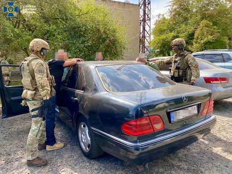 Под Харьковом поймали мужчину, который торговал украинским гражданством (фото, видео)