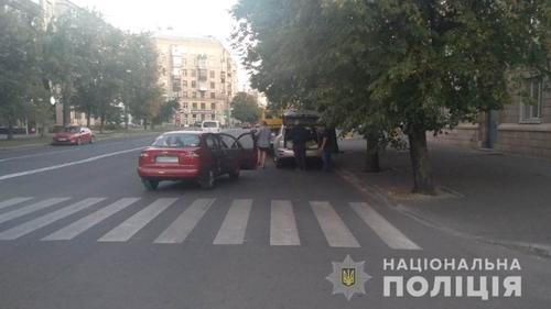 В Харькове сразу два человека попали под колеса неумелой женщины-водителя (фото)