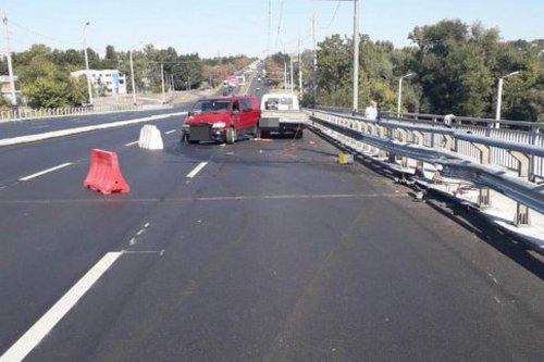 ДТП на Коммунальном мосту: машина снесла ограждение и ударила двух людей