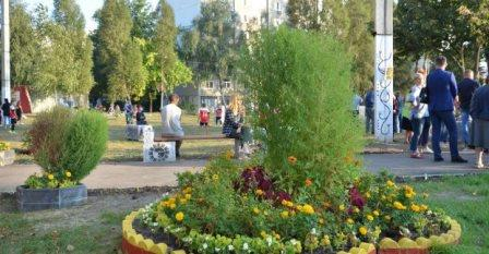Возле харьковской многоэтажки создали тематический сквер (фото)