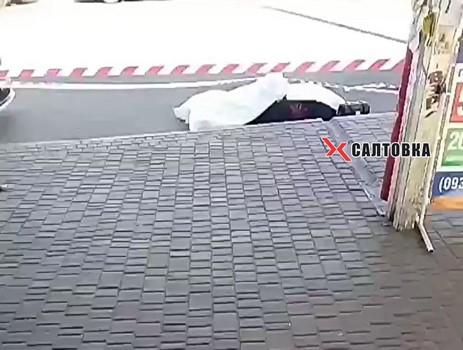 В Харькове возле метро обнаружили мертвую женщину (фото)