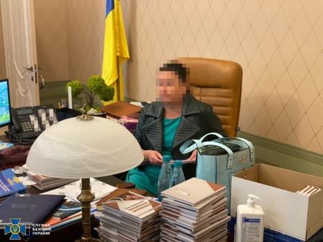 В центре Харькова женщину при должности застали за постыдным занятием (фото)