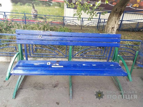 В людном месте Харькова мужчина подрался с пенсионером из-за лавочки