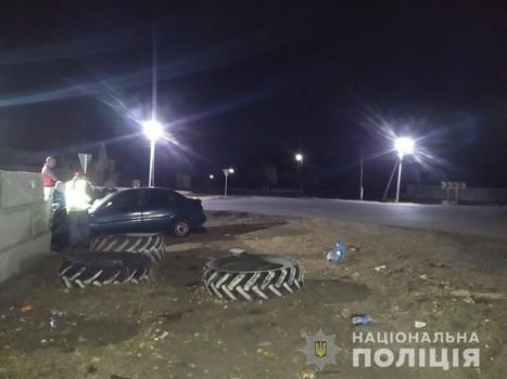 На Харьковщине мужчина разгромил бетонный забор (фото)