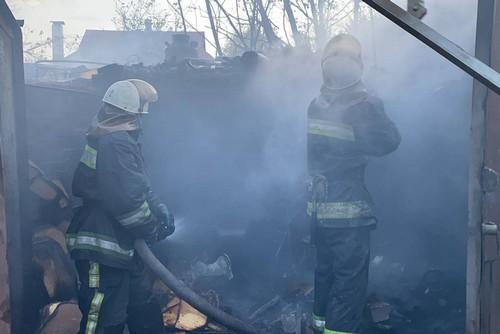 Женщина с иконой бегала по огороду: крупный пожар в Харькове (фото)