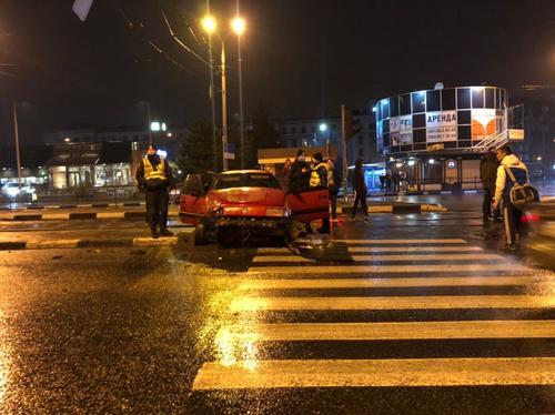 В Харькове пьяный водитель въехал в остановку общественного транспорта (фото)