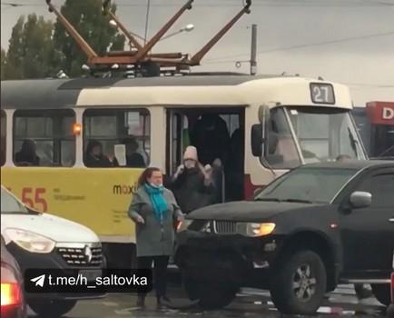 В Харькове трамвай врезался во внедорожник (видео)