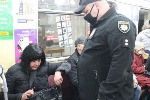 Ехал без маски. В харьковском метро начали штрафовать пассажиров