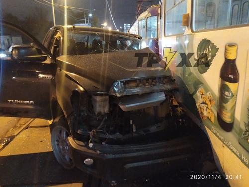 В Харькове внедорожник врезался в трамвай: есть пострадавшие (фото)