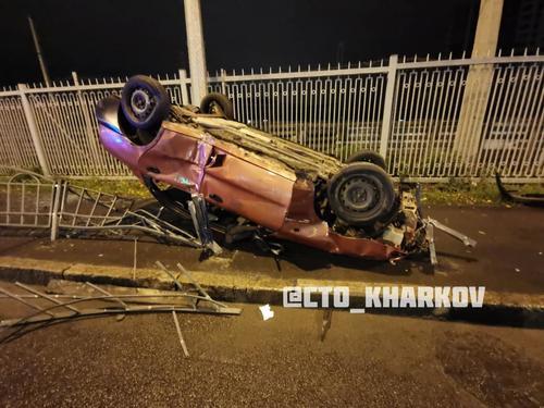 ДТП в центре Харькове: автомобиль вылетел на тротуар и перевернулся (фото, видео)