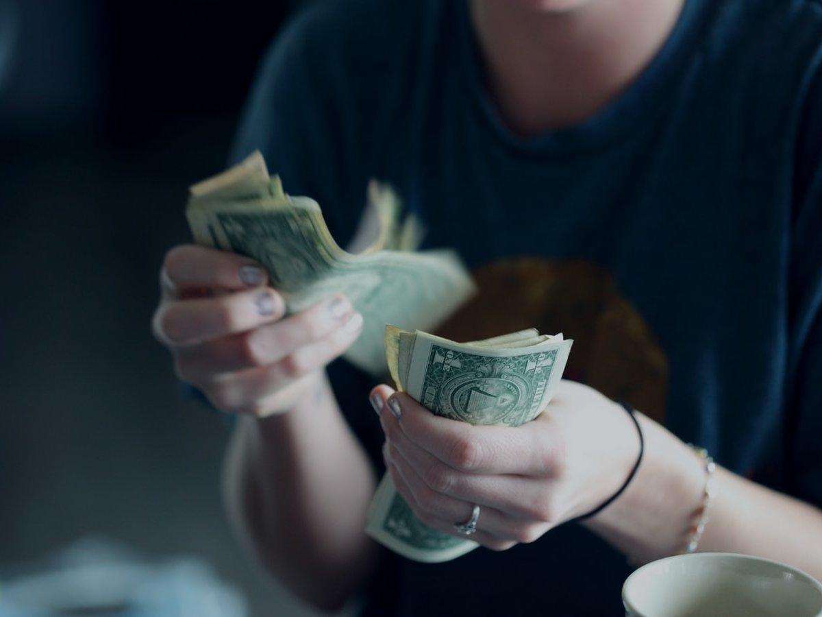 Многодетная мать из Харькова нашла крупную сумму в уборной