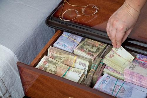Женщина украла большую сумму в Харьковской области