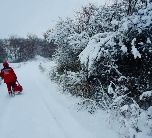 Снегопад на Харьковщине: медикам пришлось пешком добираться к пациенту (фото)