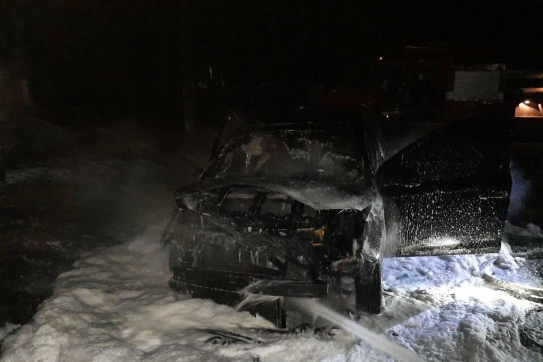 На Харьковщине во дворе дома сгорели припаркованные машины (фото)