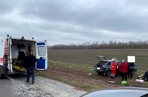 Авария на Харьковщине: автомобиль растерял колеса и вылетел в кювет (фото)