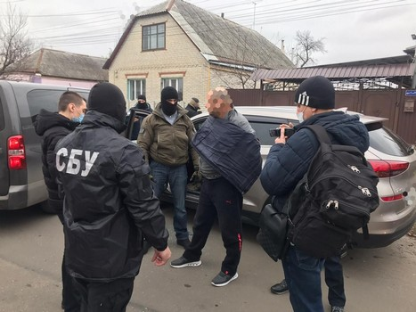 На Харьковщине женщину вывезли в гараж и отобрали документы (фото)