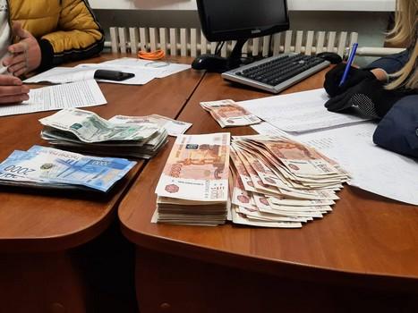 На Харьковщине люди в форме отобрали у мужчины крупную сумму денег
