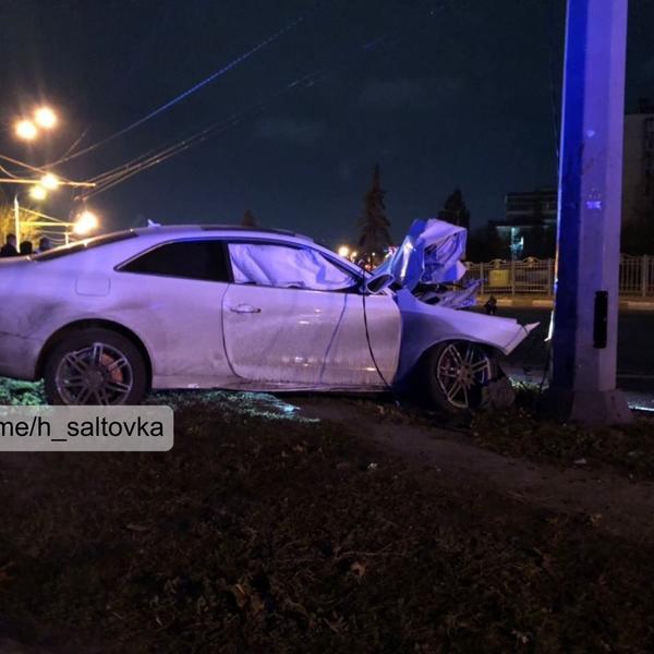 В Харькове автомобиль расплющило о столб (фото)
